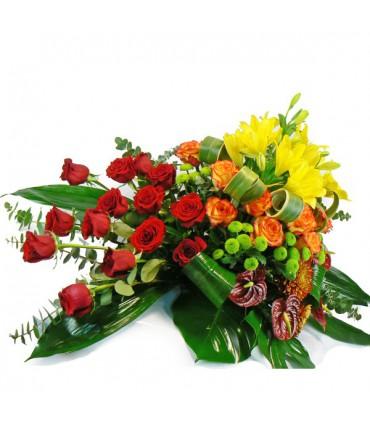 Cojin flor variada y rosas naranjas